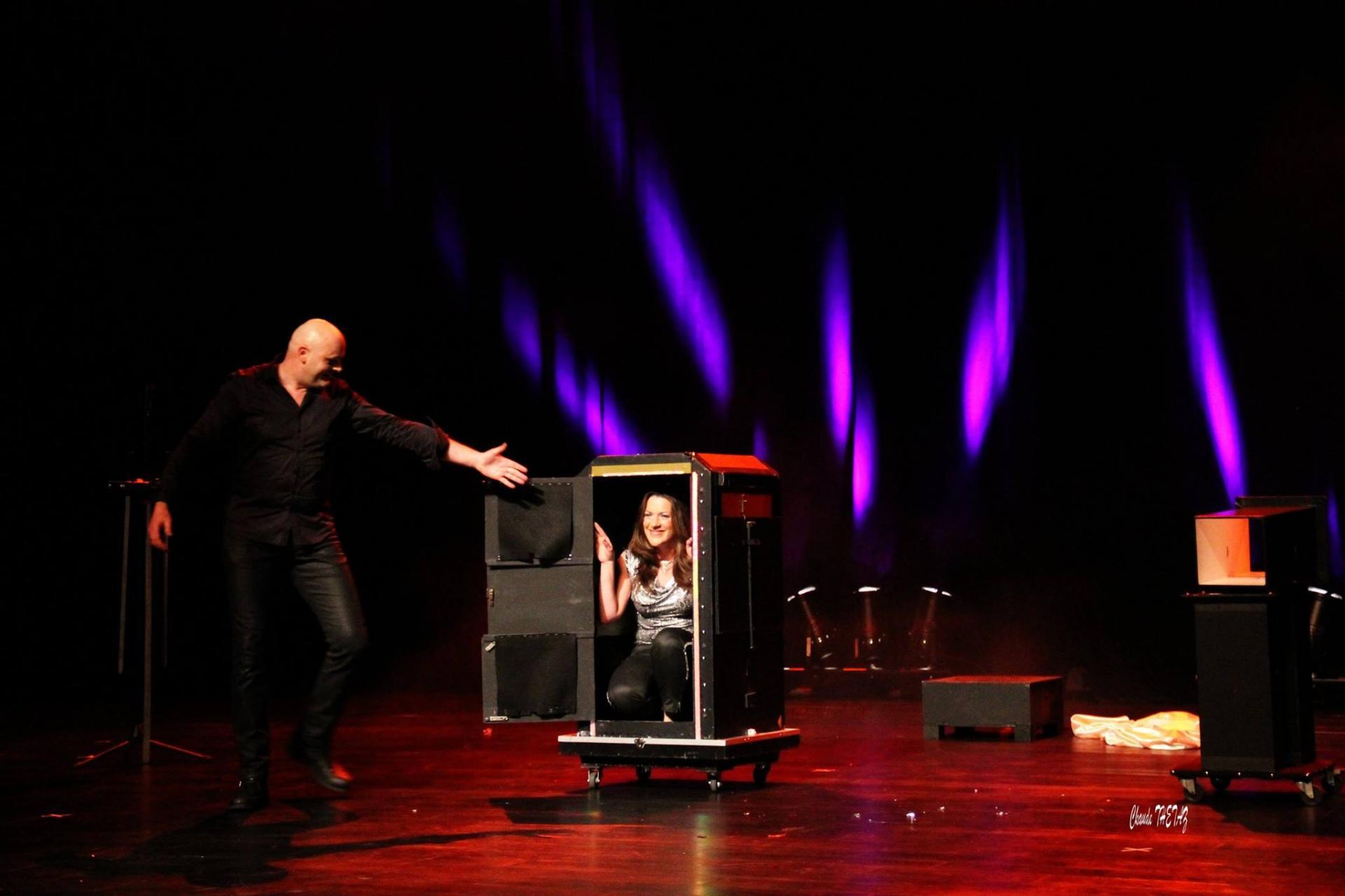 Axel lupin magicien magie pyrenees atlantique scene grande illusion spectacle enfants cabaret aquitaine