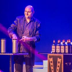 Axel lupin magicien pyrenees atlantique scene grande illusion spectacle cabarets enfants aquitaine close up