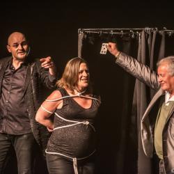 Axel lupin magicien pyrenees atlantique scene grande illusion spectacle cabarets enfants aquitaine